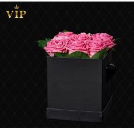 Różowe róże w kwadratowym pudełku