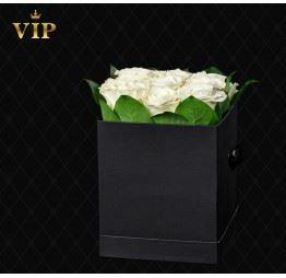 Białe róże w kwadratowym pudełku