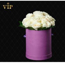 Białe róże w okrągłym pudełku