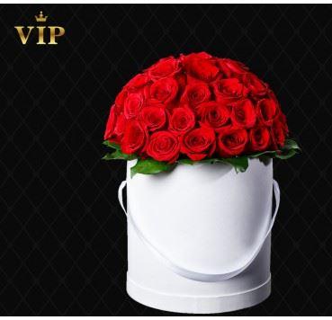 Czerwone róże w okrągłym pudełku