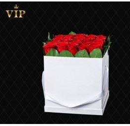 Czerwone róże w kwadratowym pudełku